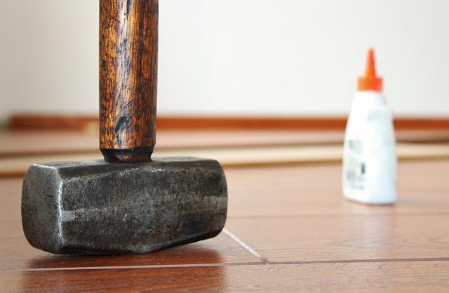 Sockelleisten mit Hammer anbringen